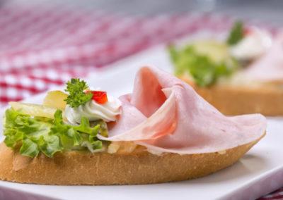 chlebíček šunkový na salátě