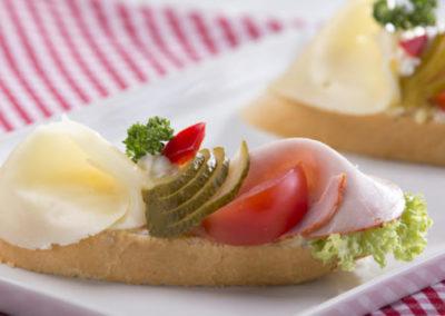 chlebíček s debrecínkou a eidamem