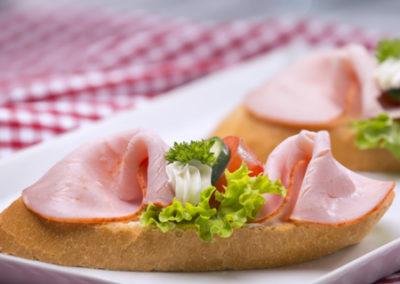 chlebíček s debrecínkou na másle