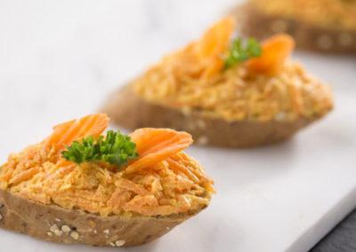 kanapka s mrkvovou pomazánkou