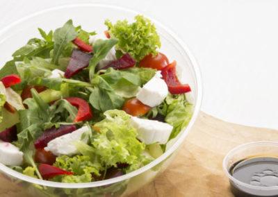 zeleninový salát s kozím sýrem